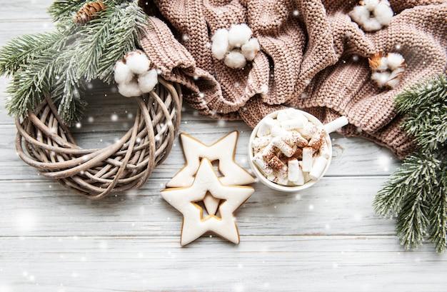 Kerstmissamenstelling met koekjes en hete chocolade