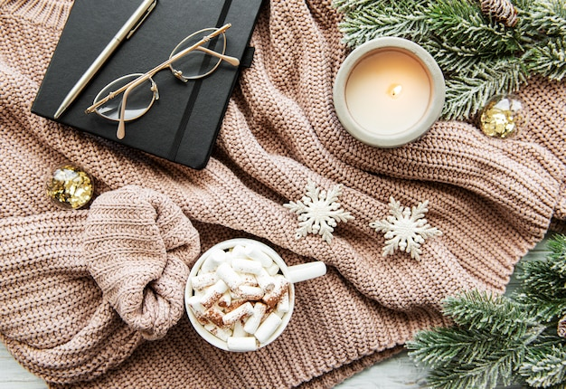 Kerstmissamenstelling met kop hete chocolade en decoratie