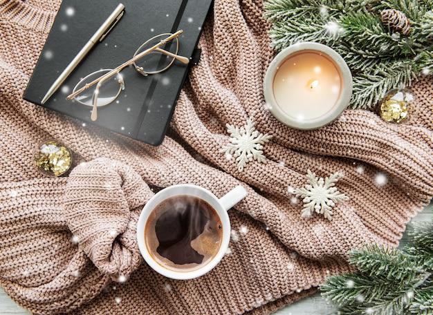 Kerstmissamenstelling met kop koffie en decoratie