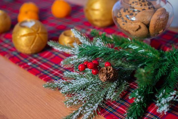 Kerstmissamenstelling met mandarijnen en een kop thee. nieuwjaar huis kamer decoratie.