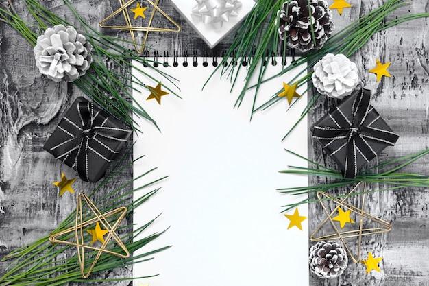 Kerstmissamenstelling met notitieboekje, spartakken, gouden sterren en giftdozen
