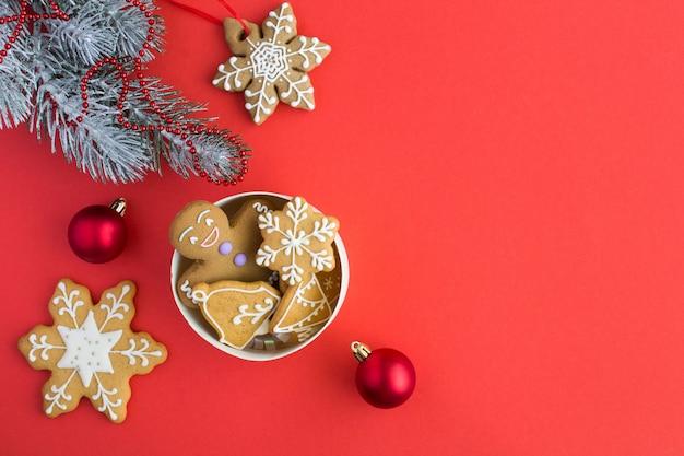 Kerstmissamenstelling met peperkoek in een giftdoos