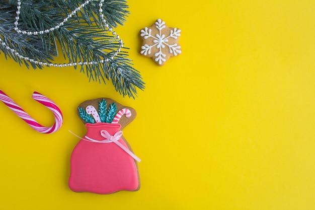 Kerstmissamenstelling met peperkoek op de gele achtergrond hoogste mening de ruimte van het exemplaar.