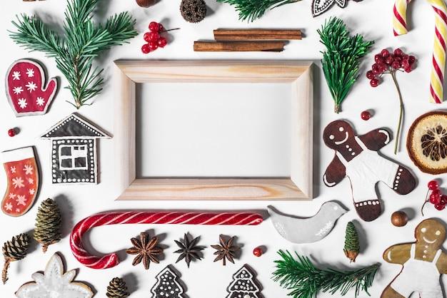 Kerstmissamenstelling met peperkoeksuikergoed, sparbrunch en sparappel.