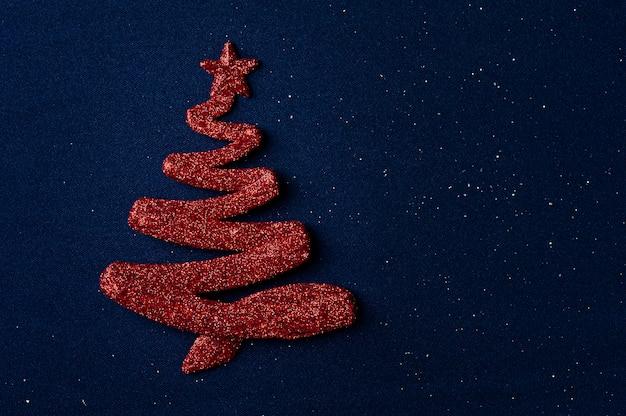 Kerstmissamenstelling met rode kerstboomversieringen op blauw