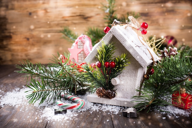 Kerstmissamenstelling met wit houten huis,