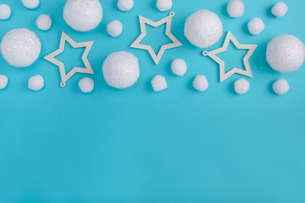 Kerstmissamenstelling met witte ballen en sterren op een blauwe achtergrond met exemplaarruimte