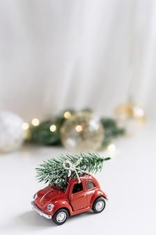 Kerstmissamenstelling, nieuw jaar - stuk speelgoed auto met chtistmasboom op bovenkant