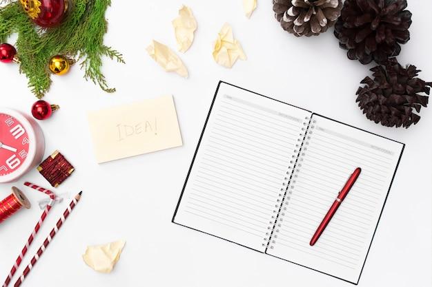 Kerstmissamenstelling, notitieboekje open pagina's, pen, spartakken op witte achtergrond. christm