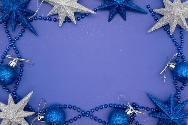 Kerstmissamenstelling op een blauw blad met kerstmisballen en ster