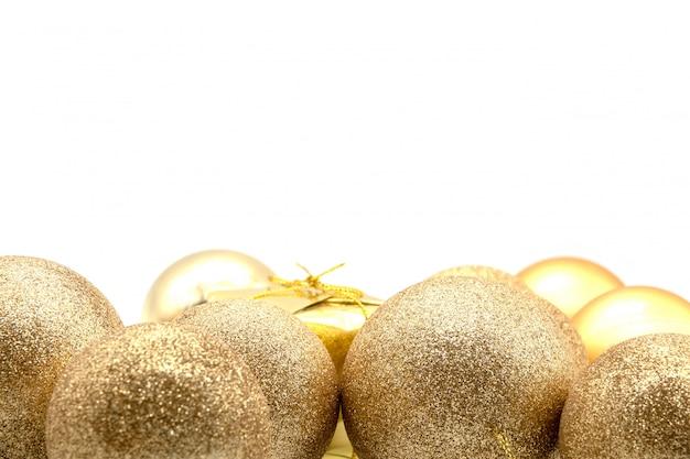Kerstmissamenstelling op een wit blad met kerstmisballen en dozen en engelen