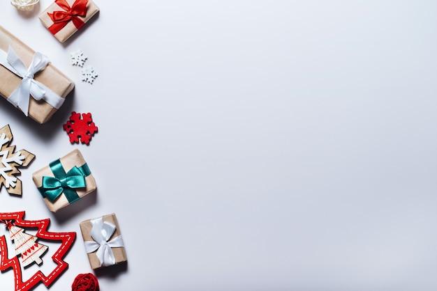 Kerstmissamenstelling op witte achtergrond. kerstversieringen en geschenkdozen. bovenaanzicht, plat gelegd.