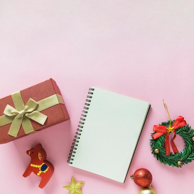 Kerstmissamenstelling van blocnote met giftdoos