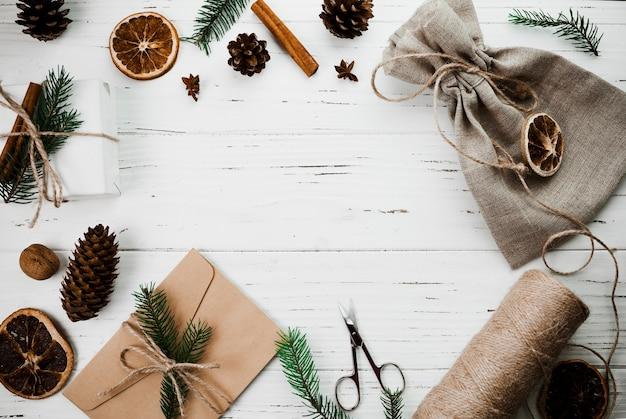 Kerstmissamenstelling van envelop met zak