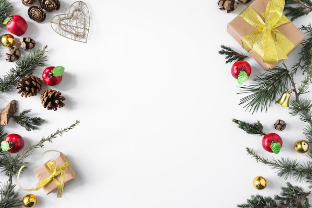 Kerstmissamenstelling van giftdozen met takken