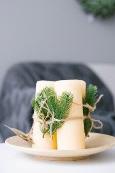 Kerstmissamenstelling van kaarsen gebonden met touw in de inrichting van de woonkamer of het huis