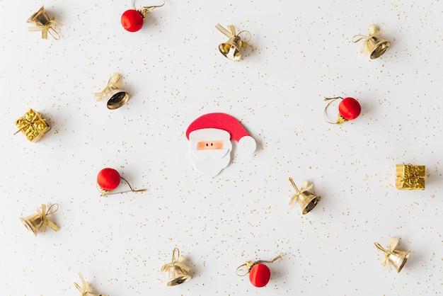 Kerstmissamenstelling van kleine kerstman met klokken