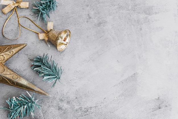 Kerstmissamenstelling van kleine metaalklok met takken