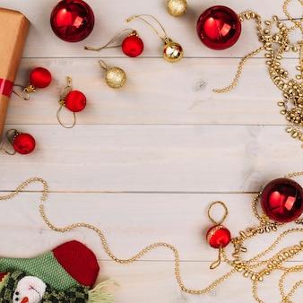 Kerstmissamenstelling van rode glanzende snuisterijen