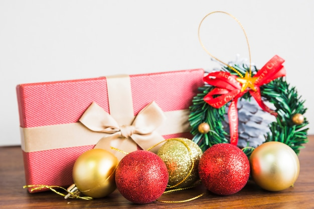 Kerstmissamenstelling van snuisterijen met giftdoos