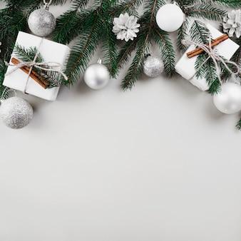 Kerstmissamenstelling van sparrentakken met zilveren snuisterijen