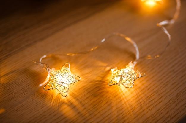 Kerstmisslinger in de vorm van gloeiende sterren