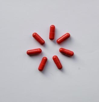 Kerstmissneeuwvlokbloem van farmacologie rode medicijnpillen, tabletten en capsules