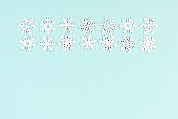 Kerstmissneeuwvlokkenornamenten op blauwe lijst