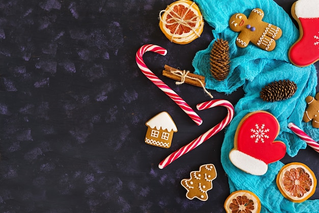 Kerstmissnoepjes, gemberkoekjes op houten oppervlakte
