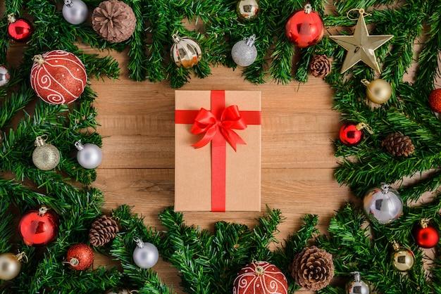 Kerstmisspar met decoratie op houten raad