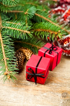 Kerstmisspar met pinecones en decoratieve dozen.