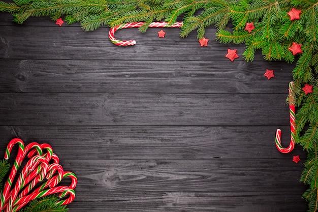 Kerstmisspar op zwarte houten achtergrond