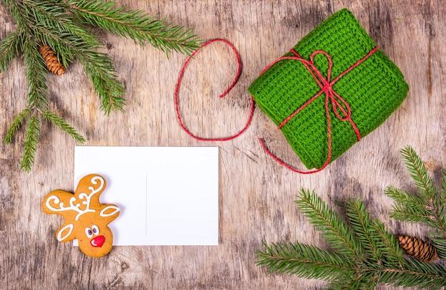 Kerstmisspar, peperkoek, geschenken en lege kaart