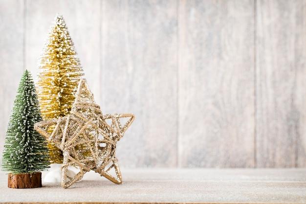 Kerstmisspar tak en decor, op de houten achtergrond.