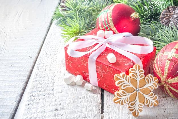 Kerstmisspar takken, geschenkdozen met feestelijk lint