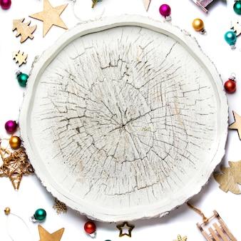 Kerstmisspeelgoed en decoratie op witte achtergrond