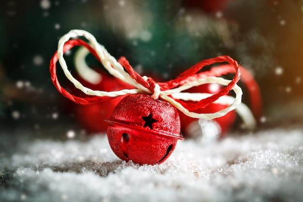 Kerstmisspeelgoed en kerstboom op donkere houten horizontale achtergrond
