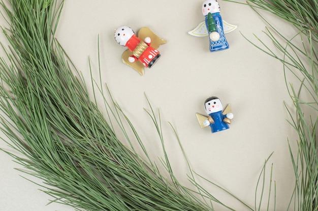 Kerstmisspeelgoed en tak op beige oppervlak