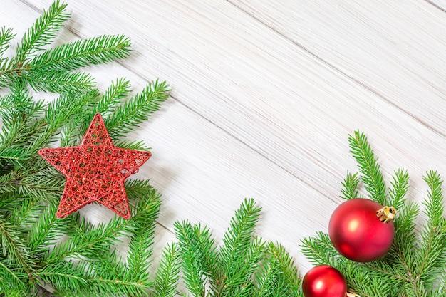 Kerstmisspeelgoed en takken van een naaldboom