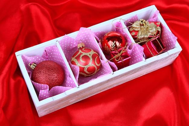 Kerstmisspeelgoed in houten doos