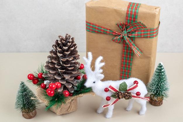Kerstmisspeelgoed met document vakje op wit oppervlak