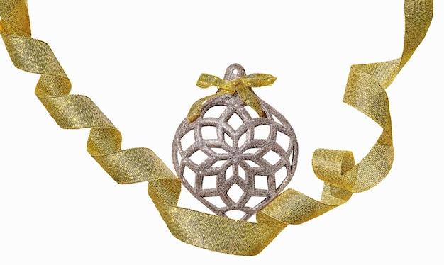 Kerstmisspeelgoed met geel lint dat op witte achtergrond wordt geïsoleerd