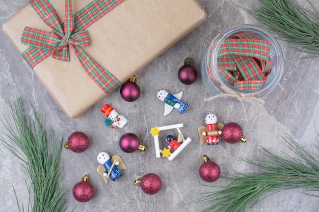 Kerstmisspeelgoed met kruik, heden en boog.