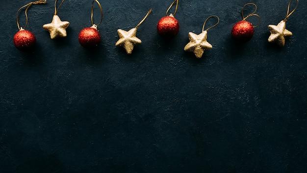 Kerstmisspeelgoed op blauwe muur. copyspace grens concept