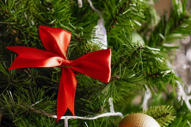 Kerstmisspeelgoed op de boom close-up