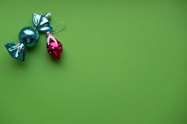 Kerstmisspeelgoed op groene muur met plaats voor tekstconcept kerstmis en nieuwjaar