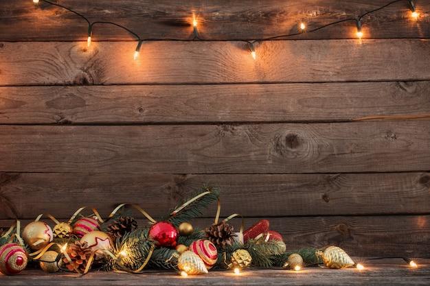Kerstmisspeelgoed op oude houten achtergrond