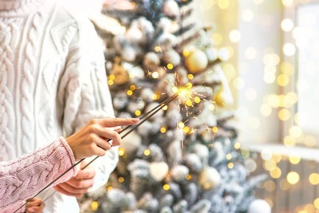 Kerstmissterretjes in de handen van een man en een vrouw, vakantie, selectieve nadruk.