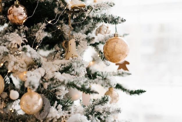 Kerstmisstuk speelgoed bal op kerstmis verfraaide sneeuw behandelde kerstboom
