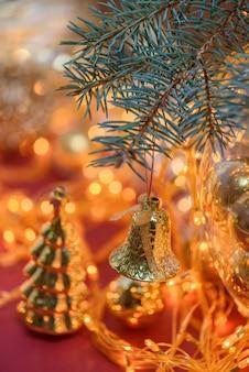 Kerstmisstuk speelgoed op de achtergrond van lichtenslinger